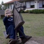 Niño en caballito de madera en Jaureguiberry