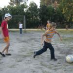 Jugando al fútbol en bungalows de Pueblo Suizo